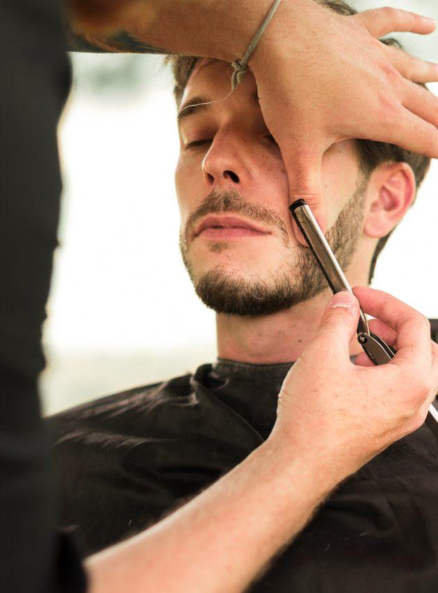 Taille de la barbe réalisé par le coiffeur Benoit Pillon lors du mariage de Romain & Jérémie